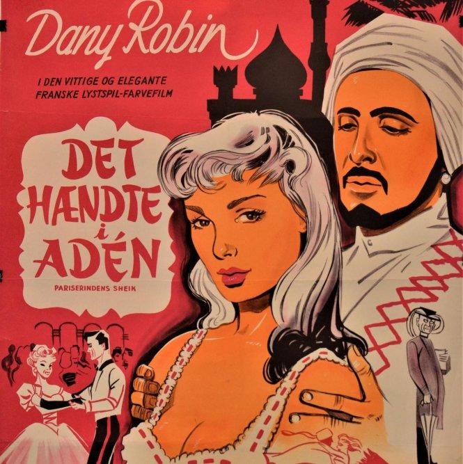 Trong khi bộ phim Aladdin mới nhất của Disney được phát hành toàn cầu (tài tử Will Smith tham gia),  một triển lãm ở Lebanon đã mở cánh cửa nhìn lại một thế kỷ của các apphich quảng cáo phim về phương Đông qua đôi mắt phương Tây. Những nhà phê bình nghệ thuật Trung Đông nhận xét rằng các apphich quảng cáo cho thấy một phương Đông trong mắt phương Tây chẳng có gì ăn nhập với một phương Đông trong thực tế. -(Ảnh: Apphich phim It Happened in Aden bằng tiếng Đan Mạch, 1956, middleeasteye.net)