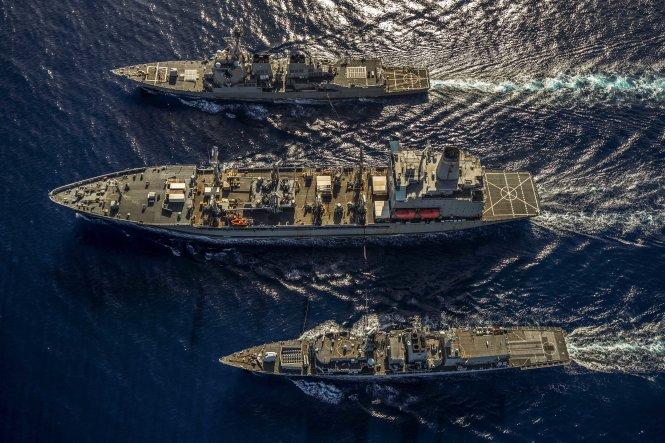 Từ trên xuống: các tàu chiến của Mỹ là USS McCampbell, USNS Henry J. Kaiser và tàu chiến Anh HMS Argyll tuần tra chung ở Biển Đông vào tháng 1-2019. Ảnh: c7f.navy.mil