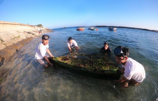 Không chỉ lượm rác trên bờ biển, những người trẻ thường xuyên ngụp lặn dưới nước lượm rác rưởi lâu năm. Ảnh: L.X.T.