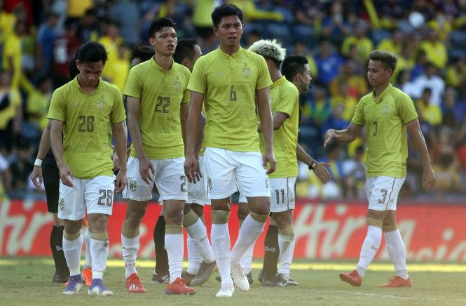Các cầu thủ Thái Lan buồn bã sau trận thua Ấn Độ, thất bại khiến họ xếp hạng bét ở King's Cup 2019. Ảnh: A.T.