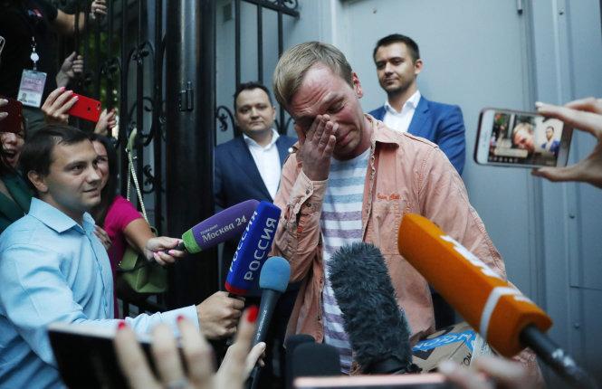 Nhà báo Golunov đã khóc sau khi được thả. Ảnh: The Japan Times