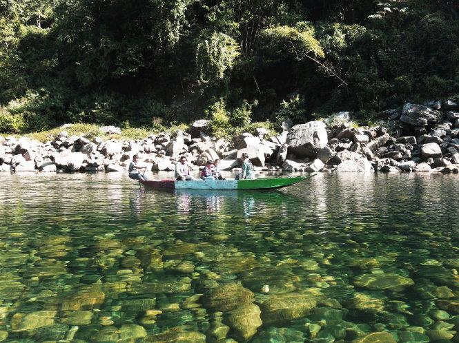 Những đoạn sông cạn thấy rõ rêu rong bám vào sỏi đá, nguồn cơn tạo hương danh của con sông ngọc lục bảo Umngot