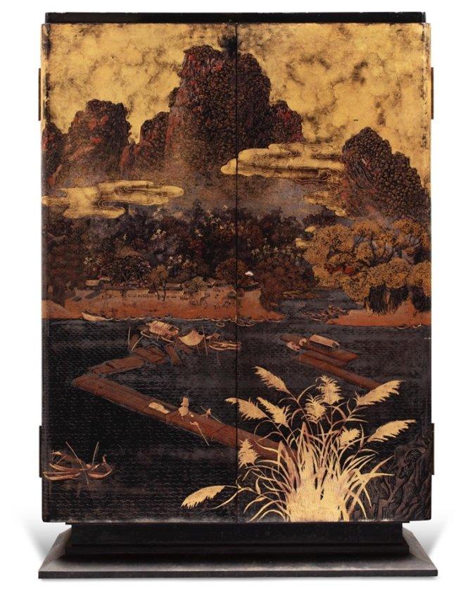Chiếc tủ sơn mài thể hiện phong cảnh sông núi hùng vĩ miền Bắc của xưởng Phạm Hậu