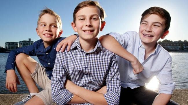 """Mẹ của ba anh em nhà Crain nhận xét thứ tự sinh đã ảnh hưởng đến tính cách của các con bà: """"Harry, 13 tuổi, là người lãnh đạo, thích thể hiện sự che chở. Joshua, 10 tuổi, không thích mặc đồ thừa của anh nhưng cháu dễ tính và linh hoạt. Max, 9 tuổi, thì hơi được nuông chiều nhưng cháu yêu các anh mình và thích được các anh chú ý"""". Ảnh: kidsnews.com.au"""