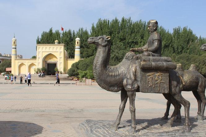 Thánh đường Id Kah và quảng trường là nơi đoàn lạc đà dừng chân trên con đường tơ lụa.