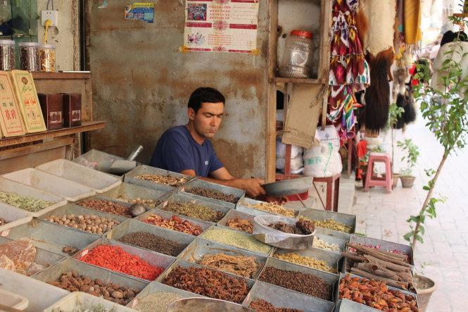 Phụ nữ Kashgar vẫn còn sử dụng gia vị để chăm sóc sức khỏe và sắc đẹp.