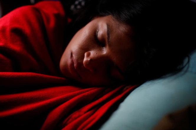 Không muốn lên cân, đừng bật đèn, mở tivi khi ngủ. Ảnh: REUTERS