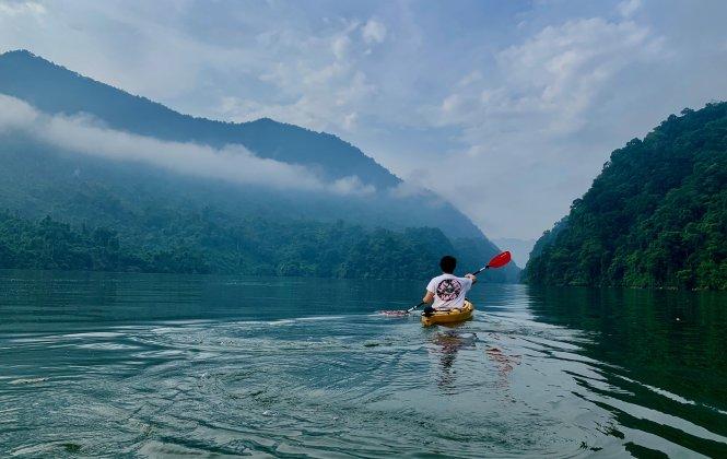 Tận hưởng sự tĩnh lặng của hồ Ba Bể trong buổi sớm. Ảnh: Phạm Quang Vinh