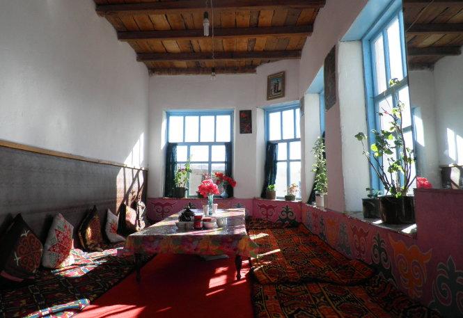 Bên ngoài hơi lụp xụp, nhưng bên trong các căn nhà Murgab khá nhiều màu sắc, tinh tươm và gọn ghẽ.