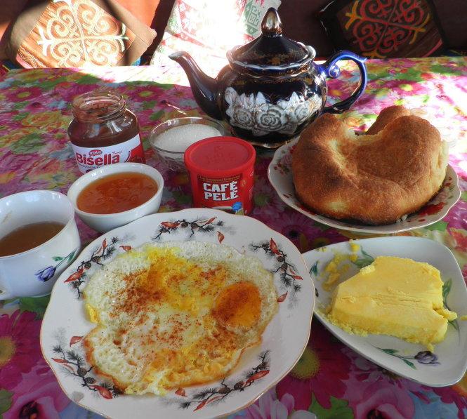 Bữa sáng đơn giản, đặc trưng với bánh mì dẹt và ấm trà Trung Á.