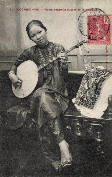 Phụ nữ Nam Bộ với đàn kìm, hình in trên bưu thiếp (carte postale) đầu thế kỷ 20