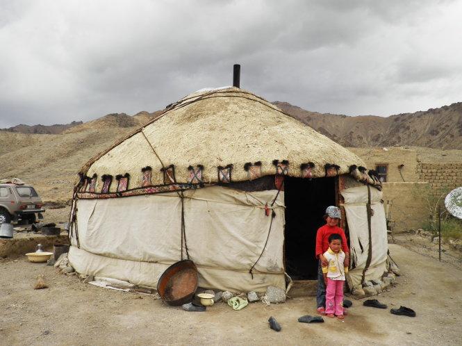 Hai em bé Murgab trước một căn lều da dê cổ truyền. Những gia đình Murgab vẫn dựng lều dù họ có nhà xây và cả xe hơi.