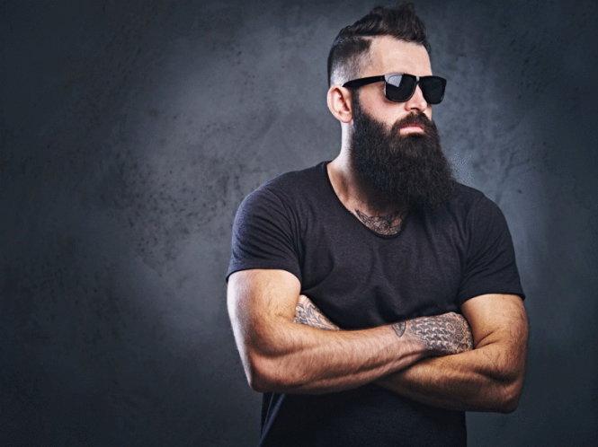 """Một anh chàng cao 1,8m, có bộ râu quai nón rậm đen muốn được gọi là """"cô"""". Ảnh: Nationalpost"""