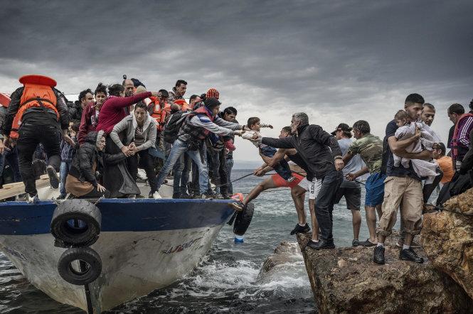 Người di cư rời một con tàu cá để lên đảo Lesbos, Hi Lạp. Loài người đã di cư và sống xen lẫn từ rất lâu trước khi xuất hiện các biên giới quốc gia - nhà nước. Ảnh: For Zuma Press