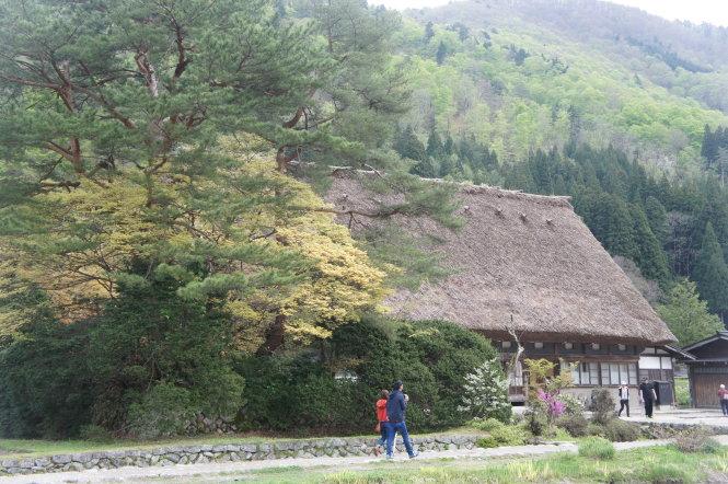 Khách du lịch đi dạo trong làng. Ảnh: T.P.