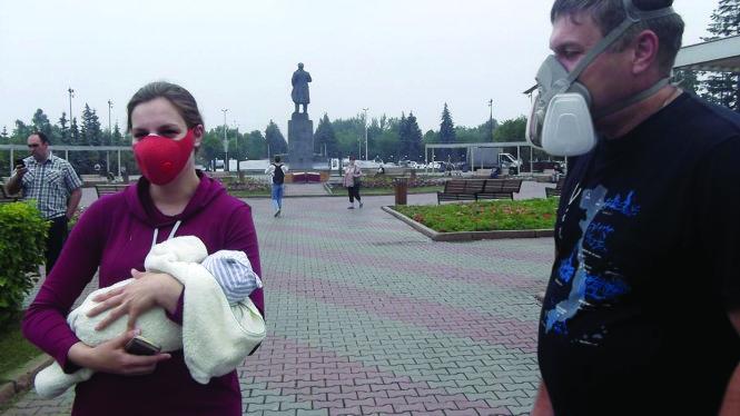 Người dân Krasnoyarsk mang mặt nạ tránh khói bụi vì cháy rừng. Ảnh: sibreal.org