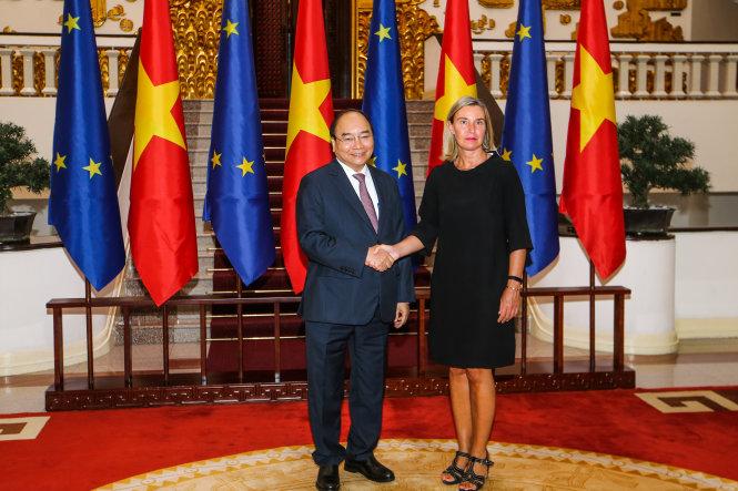 Thủ tướng Nguyễn Xuân Phúc và bà Federica Mogherini - phó chủ tịch Ủy ban châu Âu (EC) - tại buổi làm việc tại Hà Nội chiều 5-8. Ảnh: Nguyễn Khánh