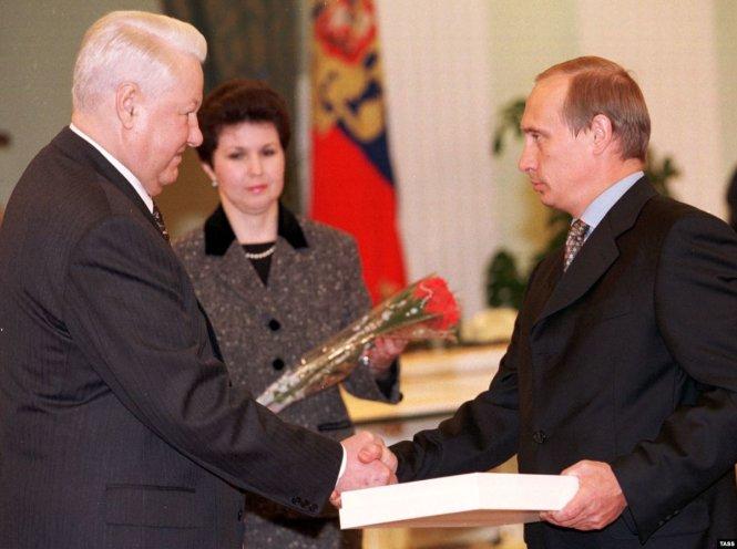 Ông Vladimir Putin (phải) nhận bàn giao từ ông Boris Yeltsin 20 năm trước. Ảnh: RFE/RL