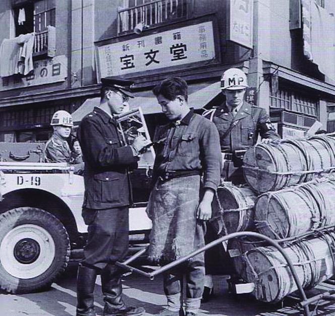 Một cảnh sát tịch thu hàng, 1949.