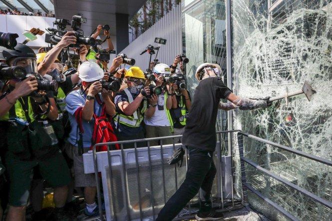 Người biểu tình đập phá trụ sở cơ quan hành pháp Hong Kong. Ảnh: scmp.com