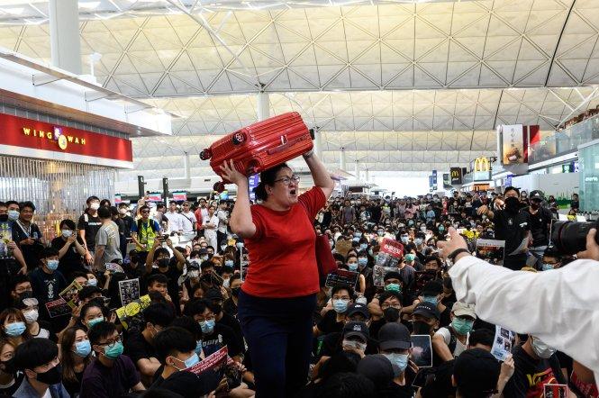 Sân bay Hong Kong gần như tê liệt vì biểu tình. Ảnh: Mothership