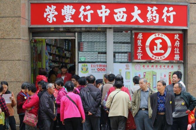 Du khách từ Trung Quốc đại lục trước một cửa hàng ở khu Hung Hom, Hong Kong. Ảnh: scmp.com