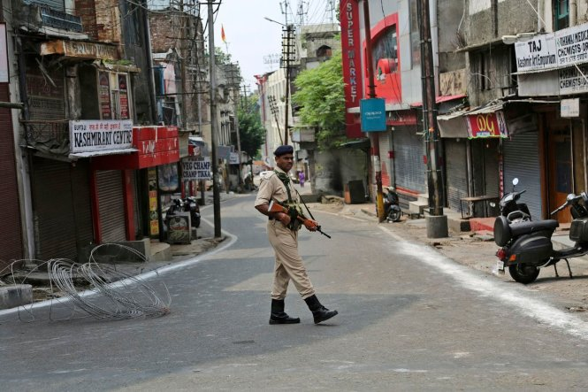 An ninh được siết chặt ở Kashmir, đường phố hầu như không bóng người, ngoài lực lượng an ninh Ấn Độ. Ảnh: Washington Post