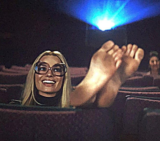 Chỉ ông mới dám chiêu đãi khán giả bằng cả khuôn hình đặc tả hai bàn chân kiêu ngạo giẫm lên phim của Margot Robbie qua vai Sharon Tate.