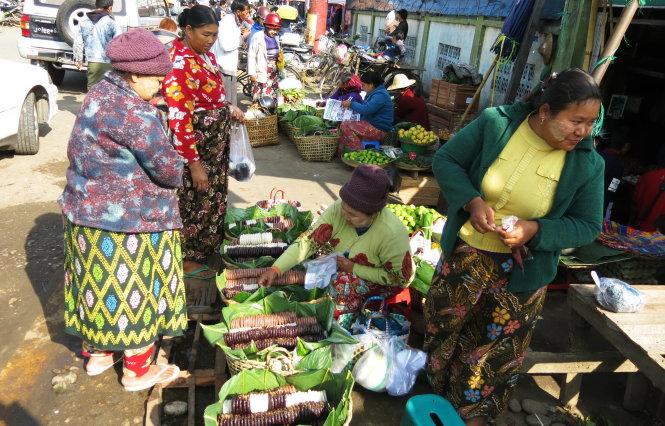 Bánh giầy vẫn còn khá phổ biến ở các chợ tạm ven đường Myitkyina