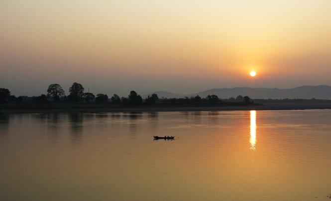 Bình minh hồng rạng rỡ trên dòng Ayeyarwaddy ở Myitkyina.