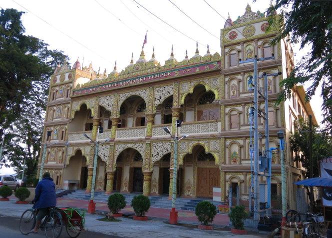 Ngôi đền Hindu giáo rực sắc nằm bên bờ Ayeyarwaddy, Myitkyina.