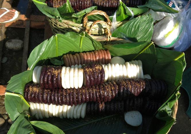 Dung dị với lá chuối, lá dong xanh, bánh giầy Myitkyina với sắc tím, trắng, hồng mộc mạc lấm tấm muối đậu...
