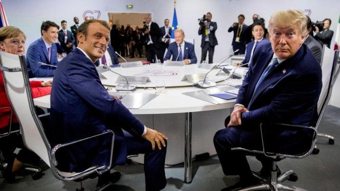 Ông Trump (phải) và ông Macron ở G7 Biarritz cùng các nhà lãnh đạo khác. Ảnh: Reuters