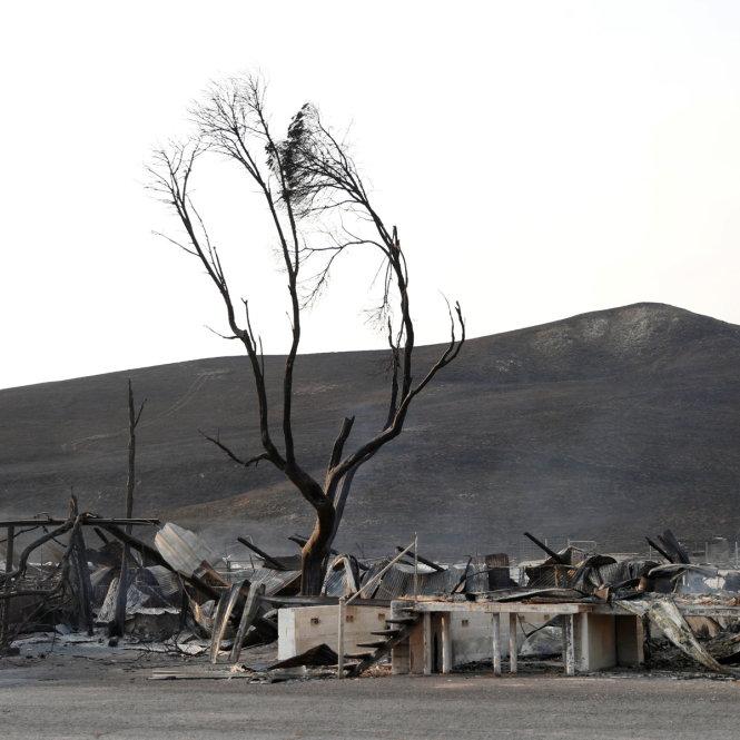 Cháy tạo ra nhiều chất độc hại. Ảnh: Reuters