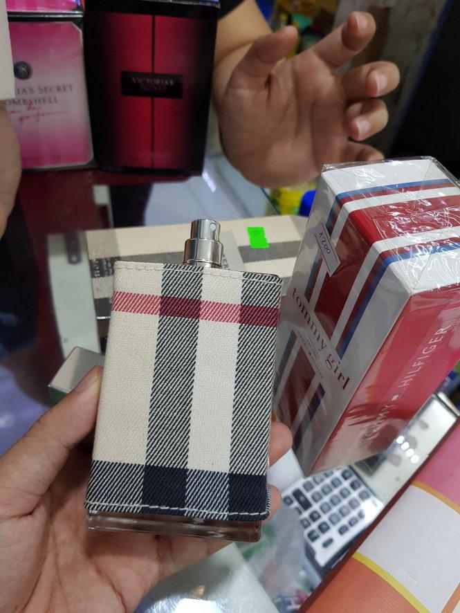 Các loại nước hoa được một cửa hàng tại Q.Bình Thạnh (TP.HCM) giới thiệu là hàng xách tay từ Mỹ. Ảnh: NGỌC HIỂN