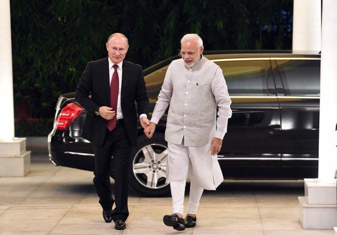 Ông Putin (trái) và ông Modi tay trong tay. Ảnh: twitter.com