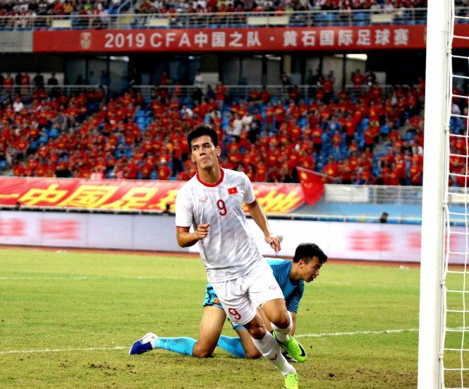 Tiến Linh, người 2 lần buộc thủ môn Trung Quốc vào lưới nhặt bóng ngay tại Vũ Hán. Ảnh: VFF