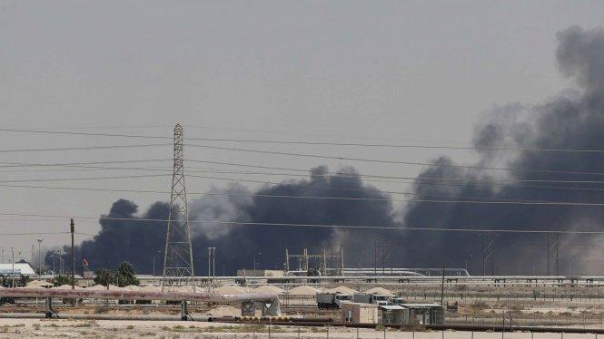 Trong chớp mắt, nhà máy lọc dầu lớn nhất Saudi đã chìm trong biển lửa. Ảnh: ABC News