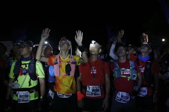 Các VĐV tham dự cự ly 100km chuẩn bị xuất phát lúc 21h. VĐV phải chạy xuyên đêm và mất trung bình từ 16-26 giờ mới có thể cán đích. Nhiều người đã bỏ cuộc vì đường đua quá khốc liệt, kiệt sức vì mệt. Ảnh: LƯU KHƯƠNG