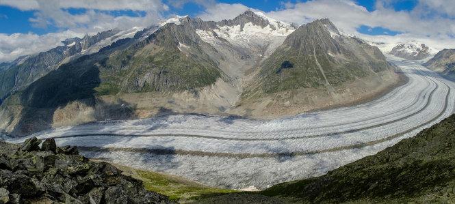 Ngay trước hội nghị thượng đỉnh của Liên Hiệp Quốc, các nhà khoa học hàng đầu đã cảnh báo biến đổi khí hậu tấn công mạnh hơn và sớm hơn dự báo. Trong ảnh là con sông băng lớn nhất ở dãy Alps của Thụy Sĩ, Aletschgletscher, đang tan chảy nhanh chóng và có thể biến mất hoàn toàn vào năm 2100. Ảnh: UN/ Geir Braathen