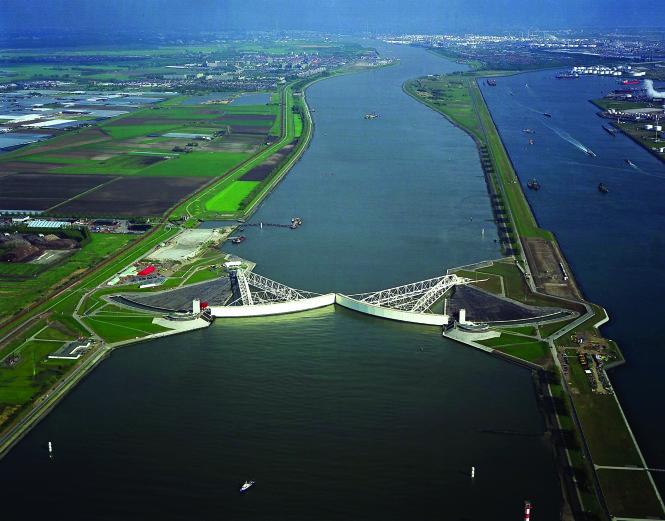Maeslantkering - đập chắn nước di động bảo vệ thành phố Rotterdam được thiết kế và xây dựng trong 20 năm, tốn 450 triệu euro, là một trong 13 công trình thuộc dự án Delta Works, tốn 7,4 tỉ euro của Hà Lan để trị thủy trước khi họ nhận ra nên sống chung với nước. Ảnh: holland.com