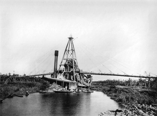 Xáng nạo vét khai thông một con kênh ở miền Tây Nam bộ thập niên 1930.-Ảnh: flickr.com