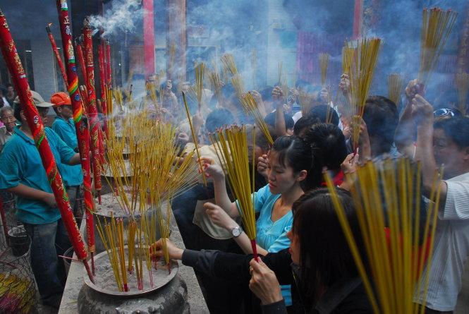 Người dân TP.HCM đi chùa Vĩnh Nghiêm. Ảnh: Hoàng Thạch Vân