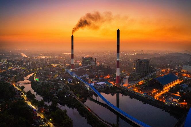 Ống khói nhiệt điện ở thành phố Uông Bí, Quảng Ninh. Ảnh: Nguyễn Thành Chung