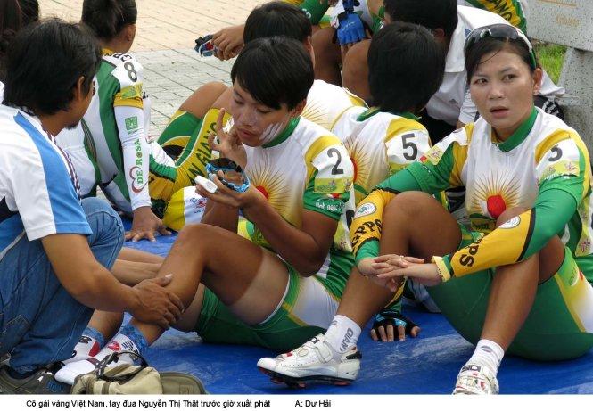 Cô gái vàng của xe đạp VN Nguyễn Thị Thật thoa kem trước giờ xuất phát. Ảnh: DƯ HẢI