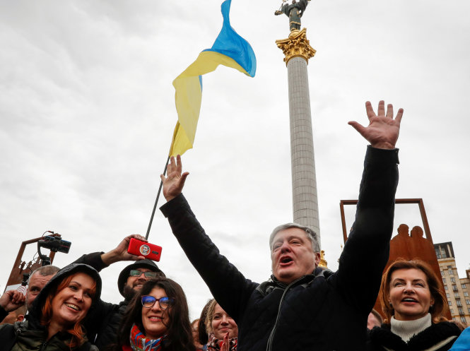 """Cựu tổng thống Poroshenko tham gia biểu tình phản đối """"công thức Steinmeier"""". Ảnh: Reuters"""