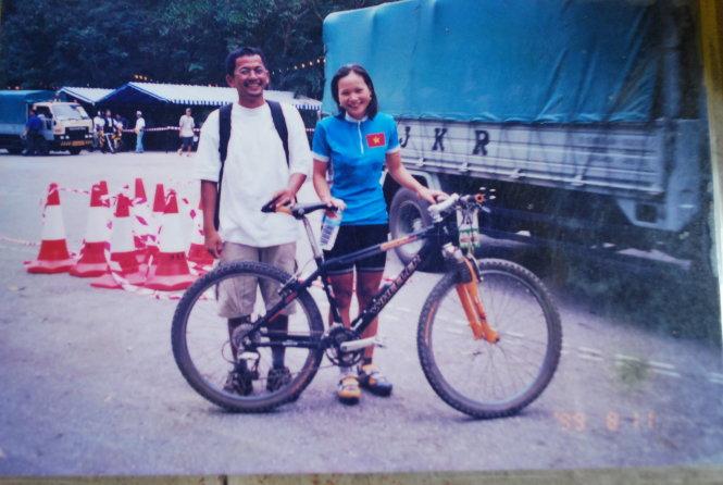 Thanh Huyền và ân nhân người Thái Lan Sekson Aroonpong (thường được gọi là Art) - người đã cho chị mượn xe để giành tấm HCV lịch sử ở SEA Games 1999. Do xe đạp của Huyền không tốt và bị hư hỏng trước giờ đua, anh Art - một phóng viên tạp chí xe đạp - đã chủ động cho Huyền mượn chiếc xe chuyên dụng của mình. Hai người hiện vẫn giữ mối quan hệ bạn bè thân thiết. Ảnh: NVCC