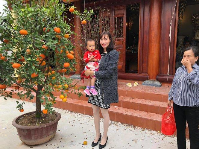 Phạm Thị Thảo hạnh phúc bên con. Ảnh: Nhân vật cung cấp