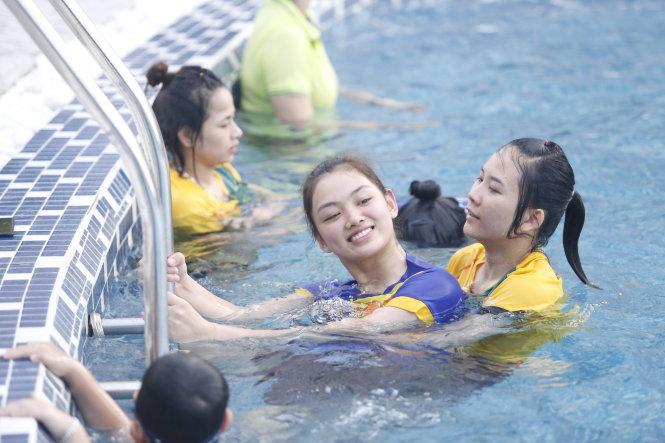 Sau những buổi tập luyện, thi đấu vất vả, các cô gái bóng chuyền Ngân hàng Công thương bơi thư giãn. Ảnh: T.P.