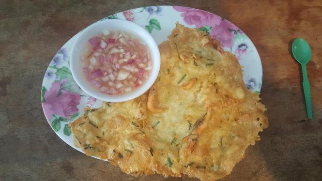 Món bánh Okoy chấm với giấm ớt là đặc sản ở Vigan